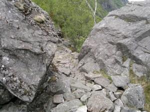 Mye stein langs vannet