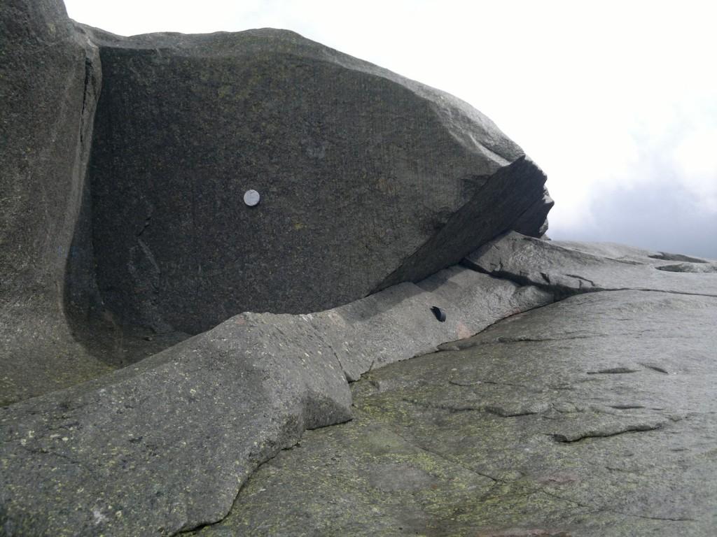 Postkassen og den runde steinen