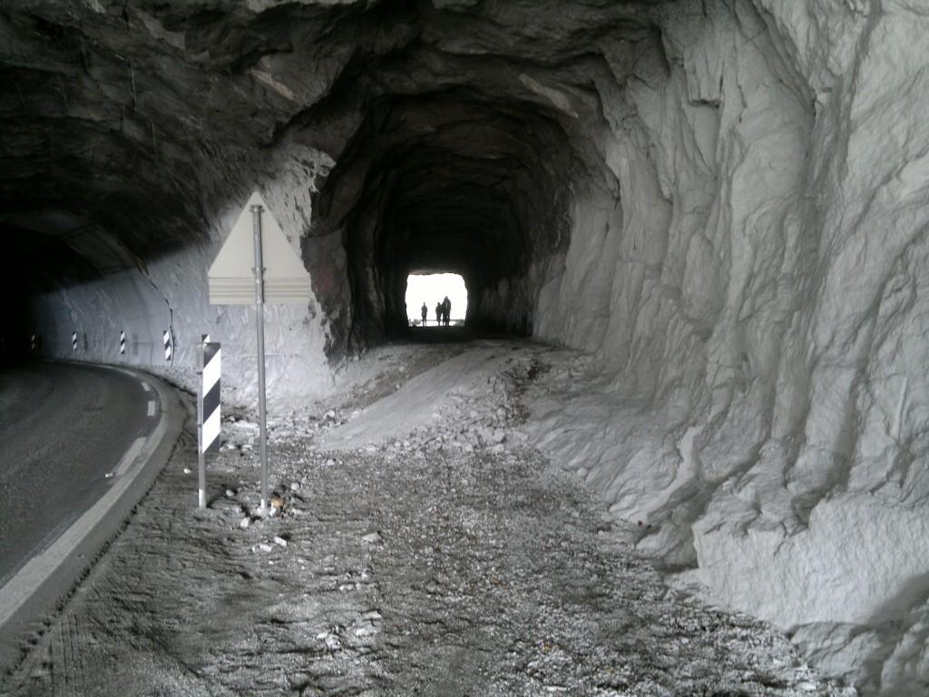 Tunellen får gående, bilveien går til venstre