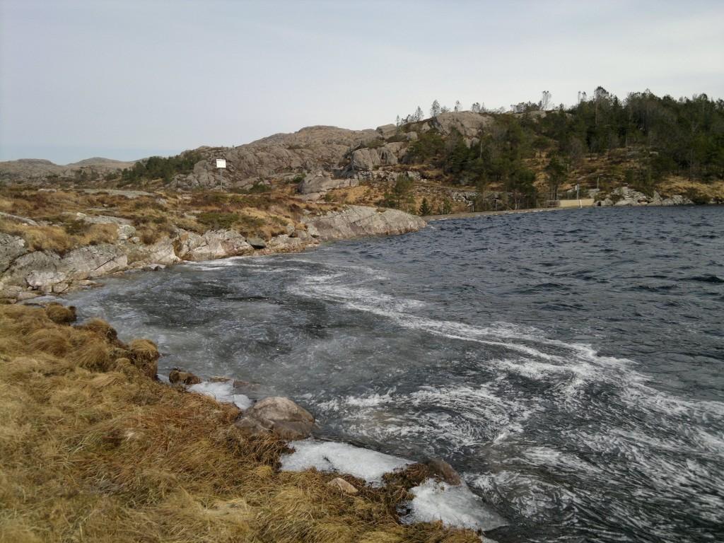 Det blåser og er is i vannet