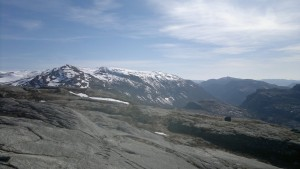 Fortsatt snøkledde fjell bak