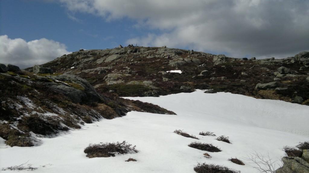 Litt snø igjen på vei opp til Grønhaug