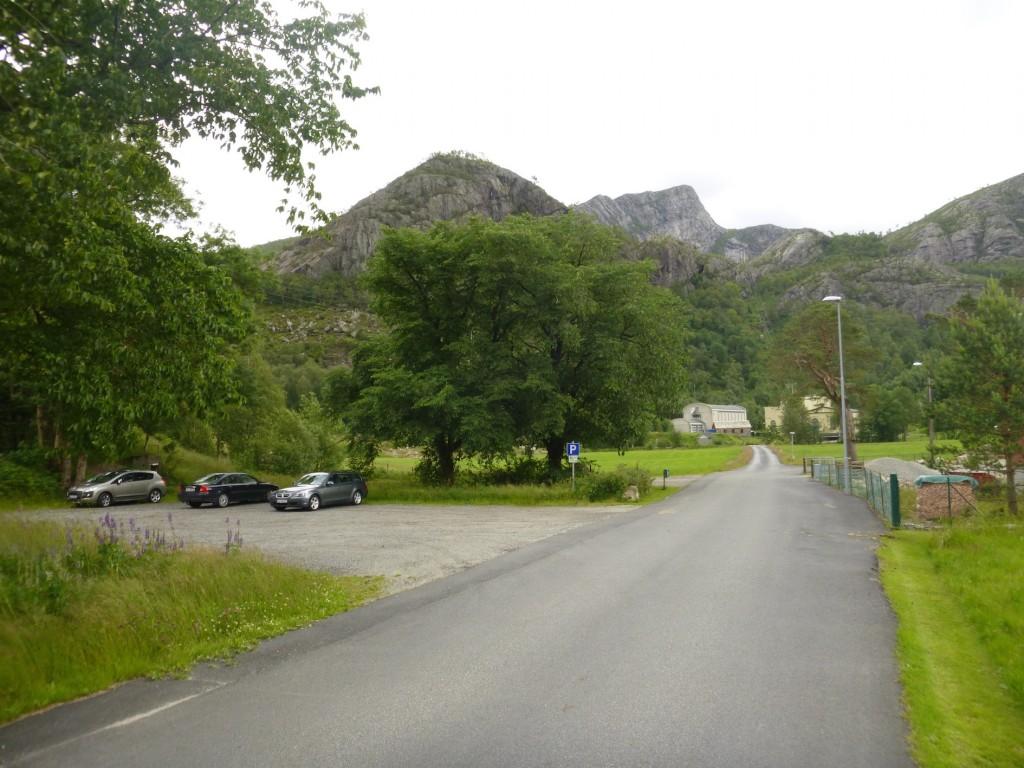 Parkeringsplassen rett før kraftstasjonen