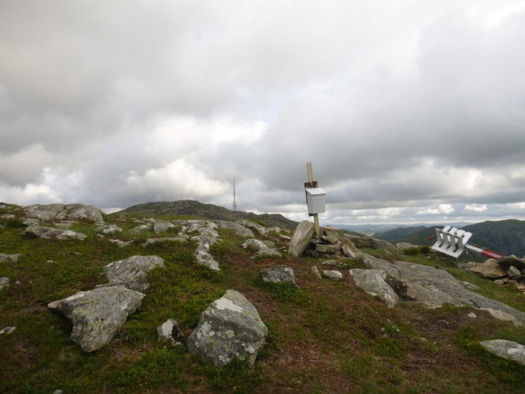 Postkassen står oppreist i vinden på 561 moh