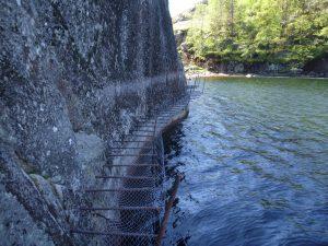 Jernstenger over vann