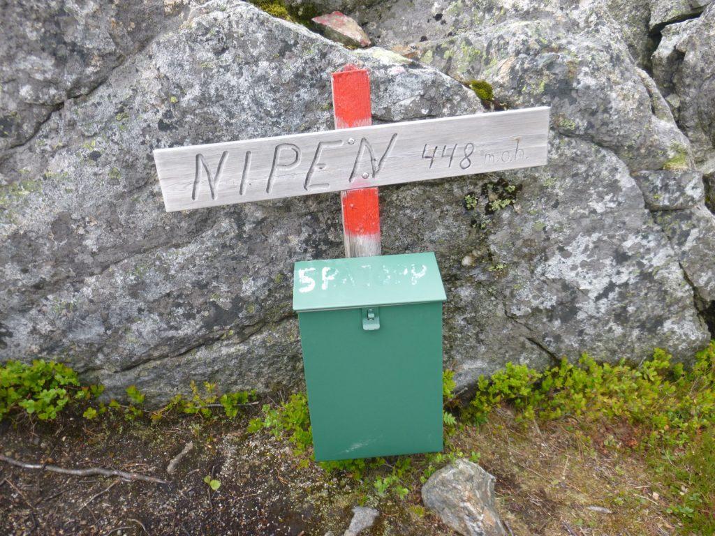 Det er postkasse på toppen, men denne står litt til høyre for platået. Den som leter....