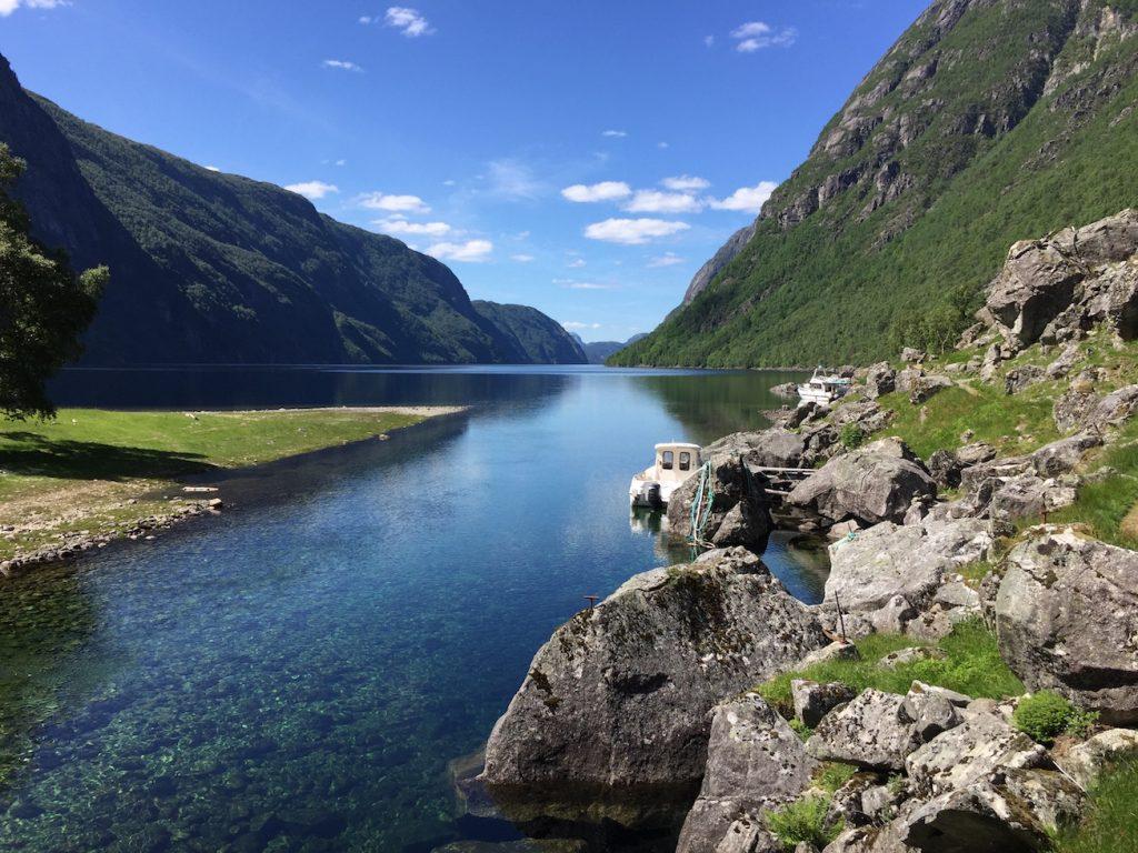 """Vannet i elva er så klart at det virker som båtene flyter """"i løse lufta"""""""