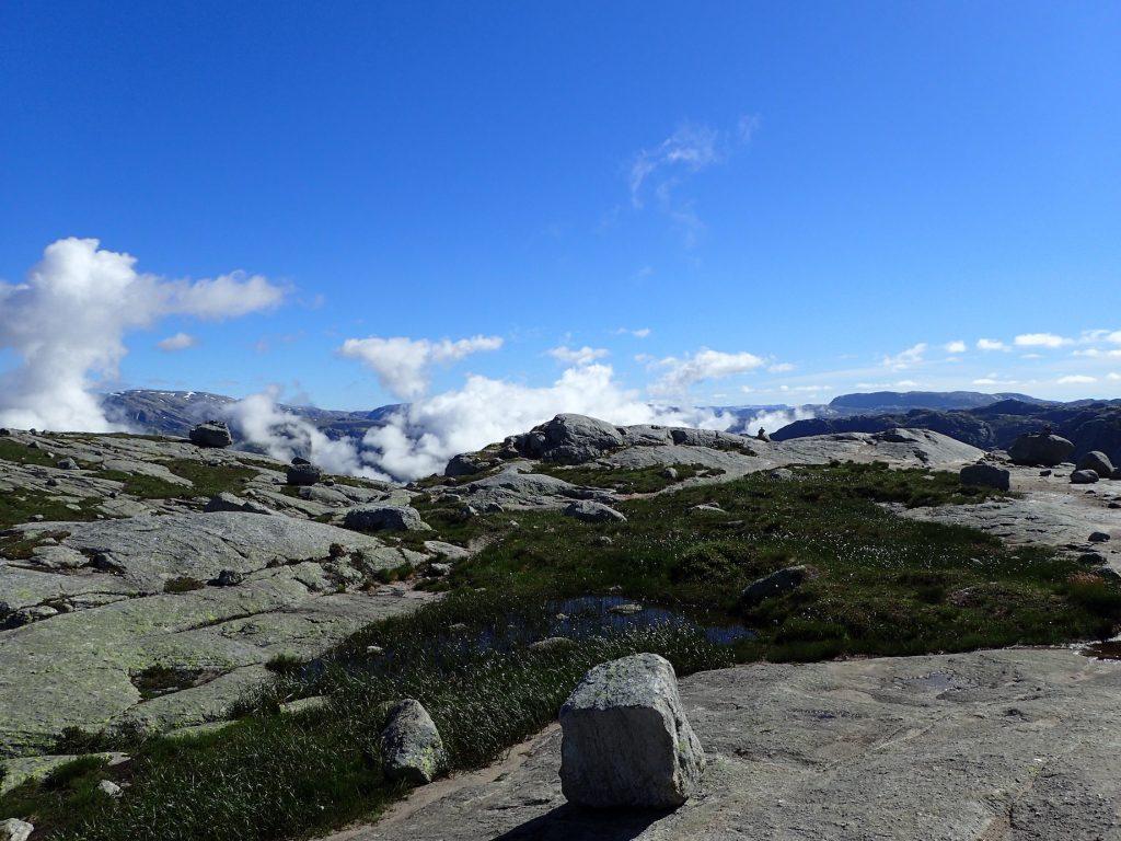 Skyene stiger opp fra Lysefjorden der