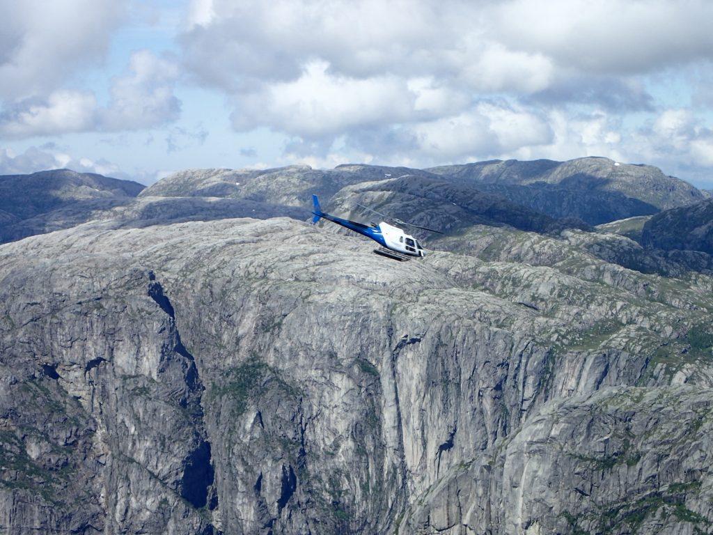 To helikoptere fraktet basehoppere opp til toppen