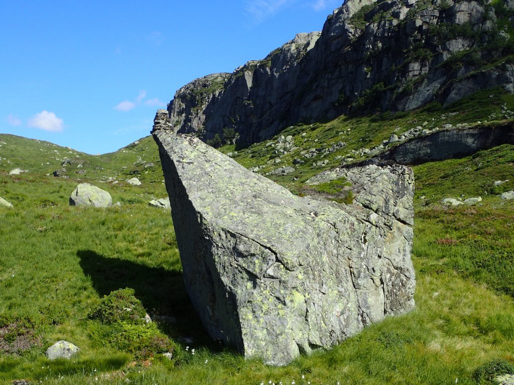 Artig varde på toppen av steinen