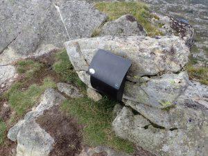 Postkasse med bok på toppen